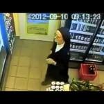 Câmeras flagra freira roubando bebida
