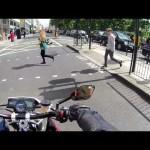 Motoqueiro trollando pedestres