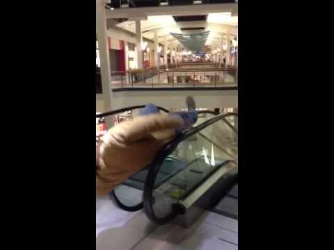 Como quebrar a escada rolante do shopping em apenas 5 segundos