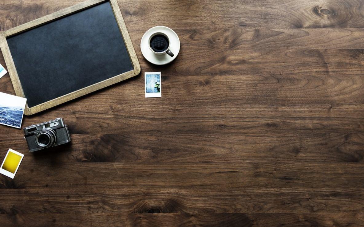 Mesa de madeira normal e com resina epoxi