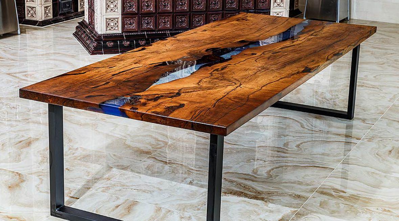 Mesa de madeira ou resinada